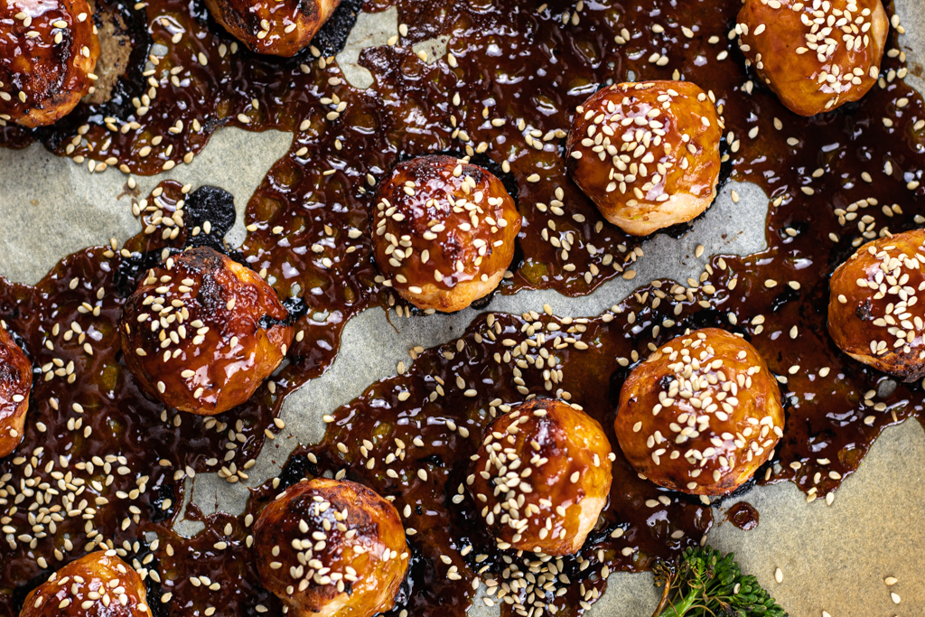 This easy recipe for sticky ginger chicken meatballs is inspired by the Asian cuisine. It's quick, easy and delicious, exactly what you need for a weeknight!