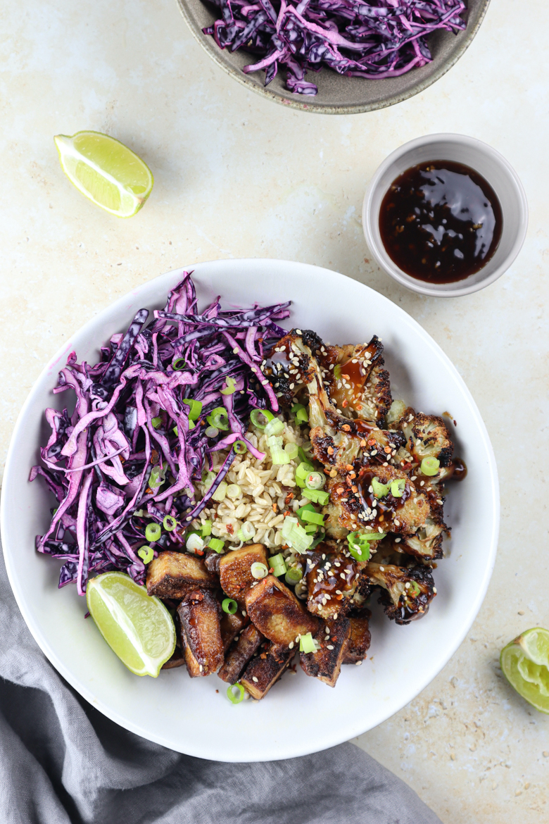 This healthy bowl with cauliflower, red cabbage and delicious crispy tofu is packed with powerful nutrients, 100% vegan and easily made!