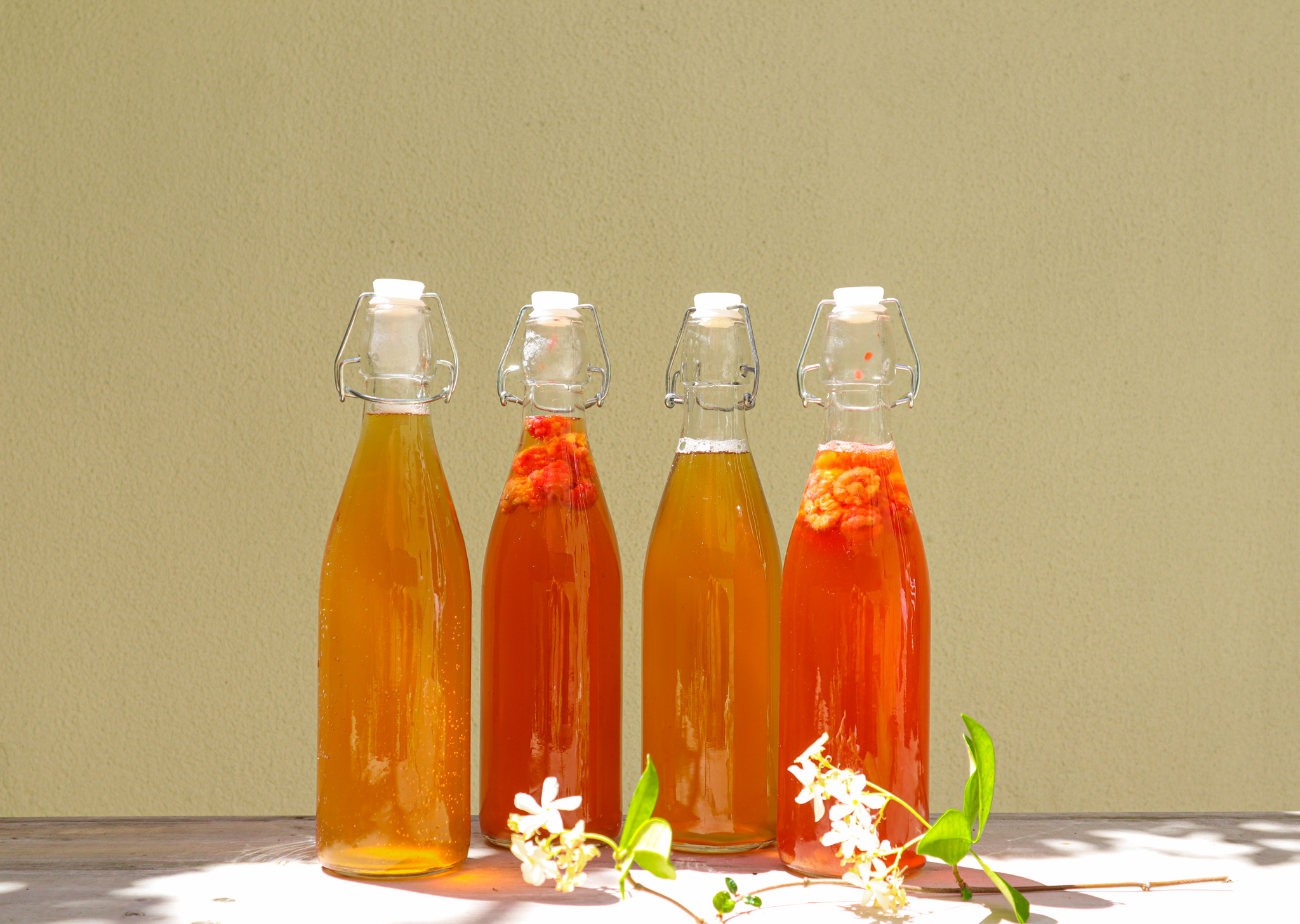 Slightly sweet, natural, a little bit sour and a little bit fizzy. Kombucha is a drink to LOVE, that you can easily make yourself at home.